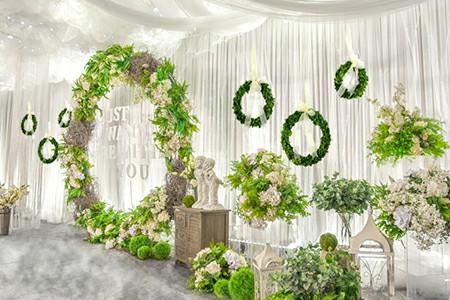 preserved boxwood wreath on the wedding